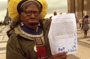 RAONI_et_sa_pétition_internationale_contre_le_barrage_de_Belo_Monte